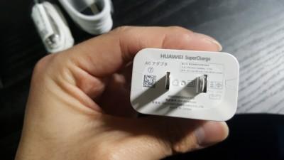 Mate9の裏には充電規格が記載されていて、「5V-2A、4.5V-5A、5V-4.5A」に対応 1