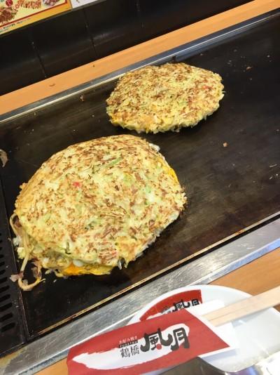 大阪に来たからには、「本場のたこ焼きとお好み焼きを食べるぞ」2
