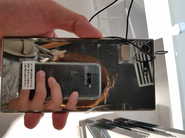 Xperia XZ Premiumの横幅は77mmでこのぐらいの大きさの端末は男の僕でも片手でばっちりフィットしません。-1